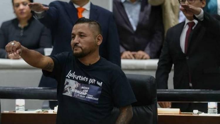 Un traje no te hace ni más ni menos: 'El Mijis' por críticas a su toma de protesta