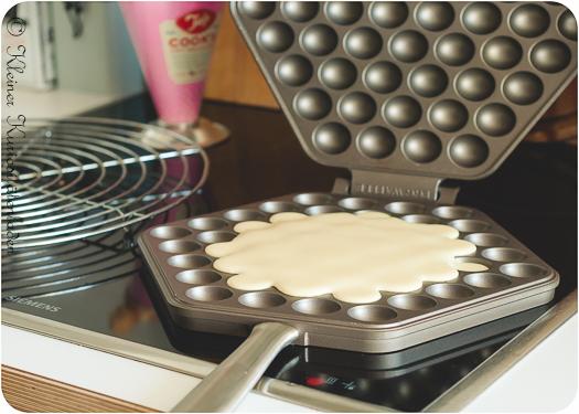 Egg Waffle Teig in der Pfanne vor dem Schließen der Pfanne