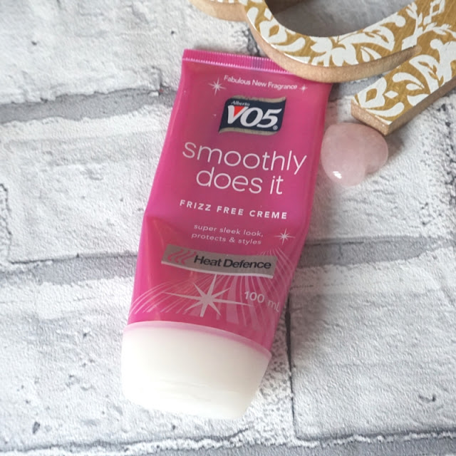 V05 Smoothly does it frizz free creme