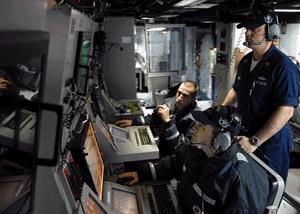 kru pesawat sedang mengontrol sistem sonar