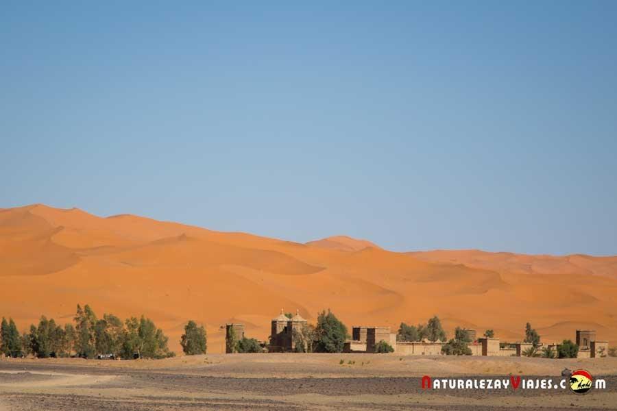 Merzouga, al fondo las dunas Erg Chebbi