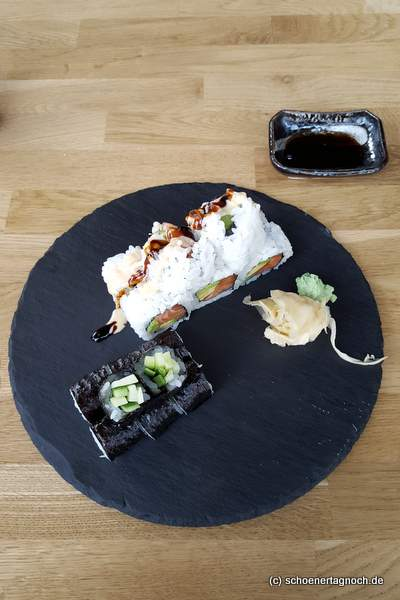 Inside Out Sushi mit Lachs und Avocado im Taumi in Karlsruhe