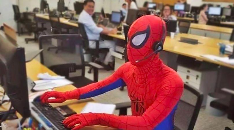 ¡Denle los $10 mil! Era su último día de trabajo y fue a la oficina vestido de Spiderman