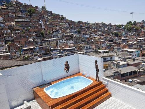 outra tendencia o com um piso especial que encobre a borda da piscina esses pisos no retem calor e so a combinao