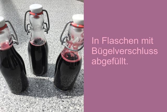 Holunderbeerensirup in Flaschen abgefüllt