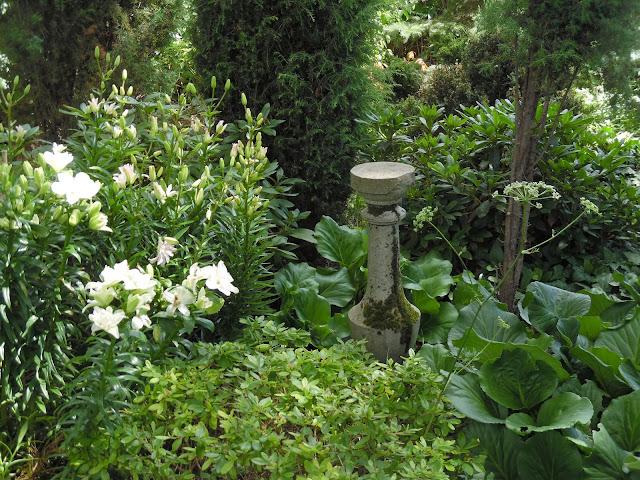 kamienna ozdoba w ogrodzie