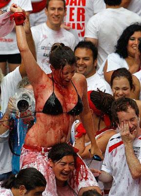 Frau mollig im Bikini feiern mit Wein - Partybilder