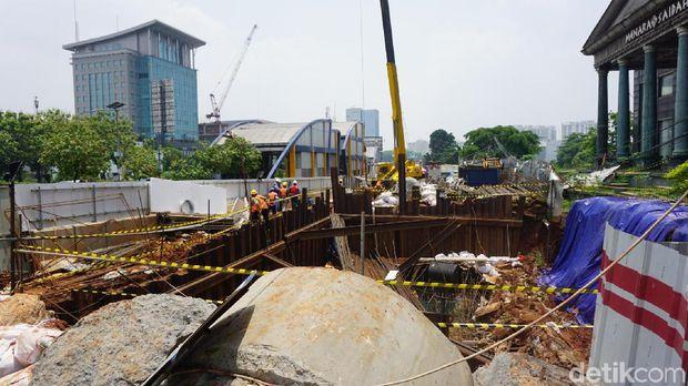 long2 - Longsor di Depan Menara Saidah karena Galian Konstruksi LRT