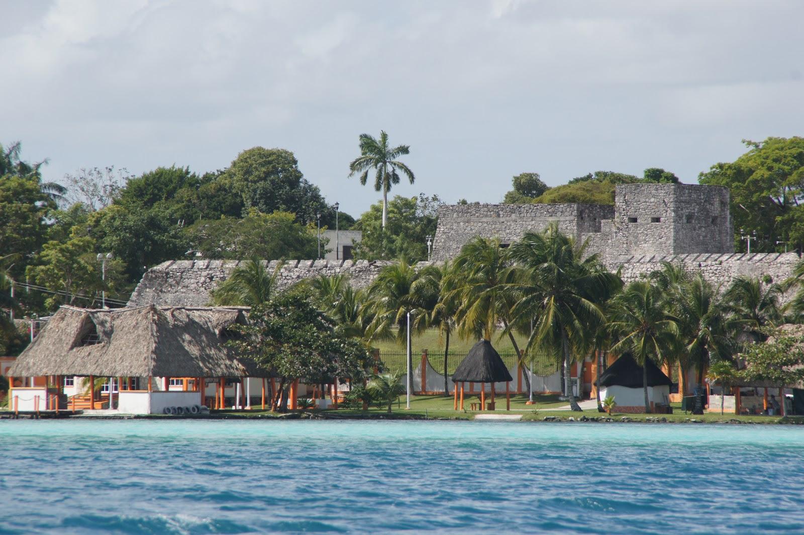 siedem odcieni niebieskiego Laguny Bacalar