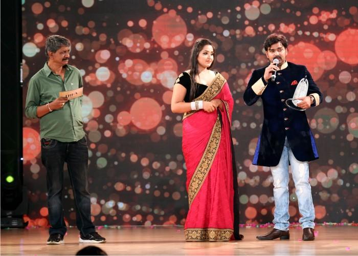 Pawan Singh Wins Best Male Singer Award in IBFA 2016