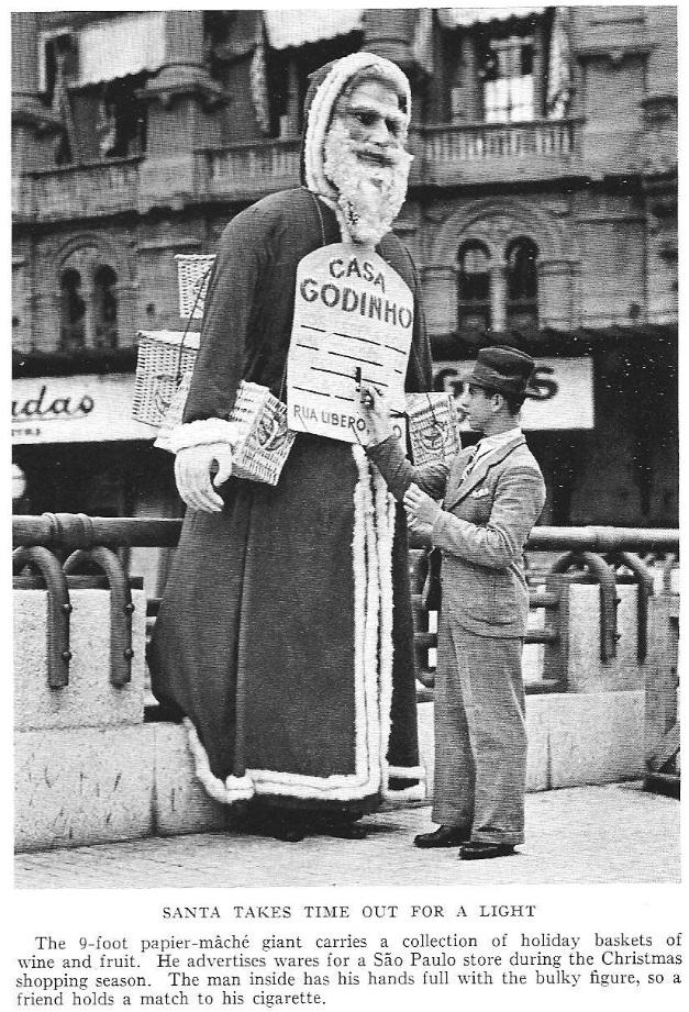 Registro fotográfico de 1938 feito em São Paulo com um Papai Noel pedindo um cigarro durante expediente