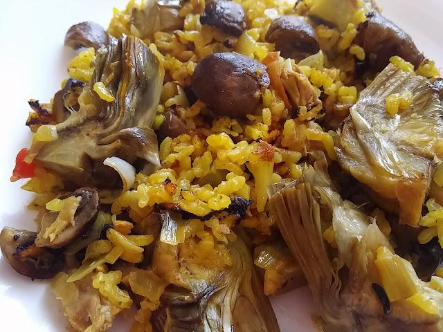 Alcachofas y portobello en paella.
