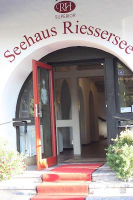 Seehaus-Eingang, Pastell und Vintage Hochzeit in zarten Regenbogenfarben, Riessersee Hotel, Garmisch, Bayern, vintage lake-side wedding in pastel colours, Germany, Bavaria, wedding destination