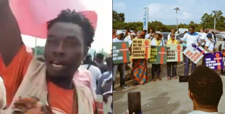 """I was paid 10k to carry this placard in support of Pastor Fatoyinbo"" – Protester confesses"