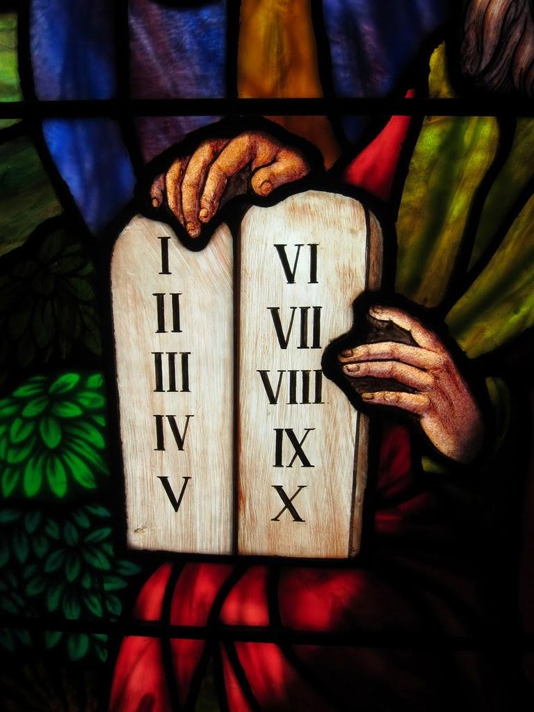 O Fiel Católico: A Igreja mudou os Mandamentos de Deus?