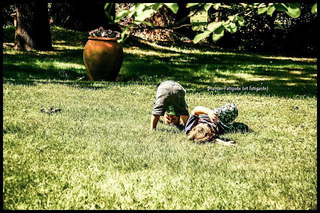 jouer dans herbe