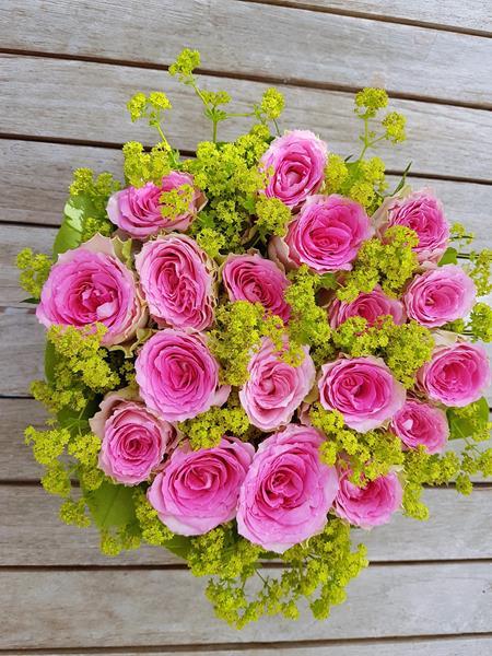 kleine Blumentorte aus Rosen
