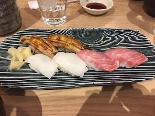 Variado de niguiris de anguila,calamar y atún