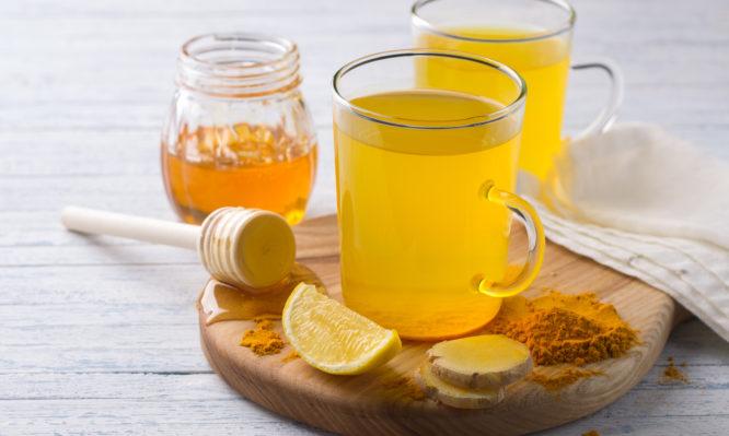 Πονόλαιμος: Λεμόνι, μέλι, ή αλκοόλ είναι η καλύτερη αντιμετώπιση;