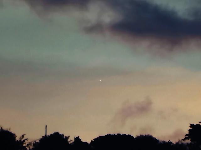 Sao Kim sẽ mọc dần cao lên qua mỗi ngày, và bạn sẽ quan sát được nó bằng mắt thường từ sau giữa tháng 7 tới đây. Tác giả hình: Helio C. Vital.