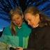 Leekster kinderen meten hoeveelheid licht op straat