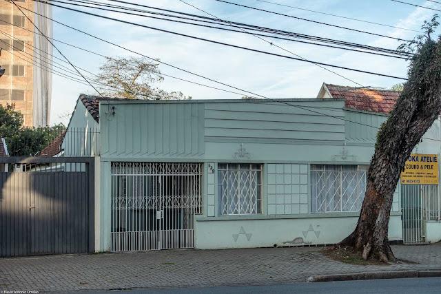 Casa com ornamentos de ferro na fachada