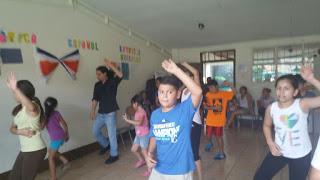clase de baile en escuela, niños bailando,
