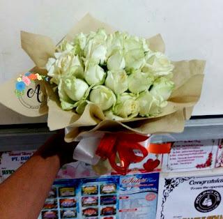 jual-hand-bouquet-mawar-putih-surabaya