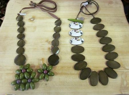 Dos de madera, uno flor verde, otro piezas oval contraste.