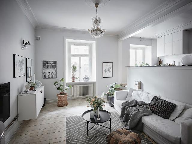 Niveluri diferite între bucătărie și living în amenajarea unui apartament de 60 m²