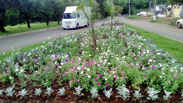 Iretama: Flores transformam ruas e avenidas da cidade