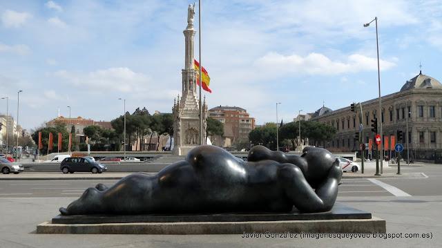 """Mujer con espejo de Botero en la Plaza de Colón- """"Woman with Mirror"""" by Fernando Botero"""