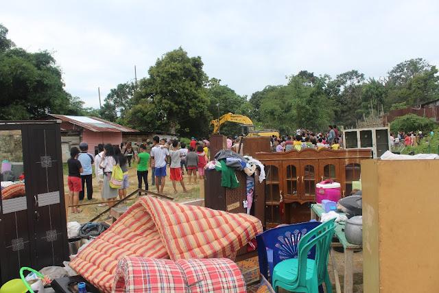 Perabotan rumah tangga warga bantaran sungai Toge dijalan Nias Pematangsiantar berserahkan ketika 22 rumah yang dihuni 22  kepala keluarga dirobohkan Satpol PP Siantar.