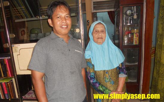 KENANGAN : Bersama Almarhumah Ibunda Siti Rochayah di hari menjelang saya sekeluarga kembali ke Pontianak pagii itu bulan Agustus 2013.  Foto Rudi Maryati