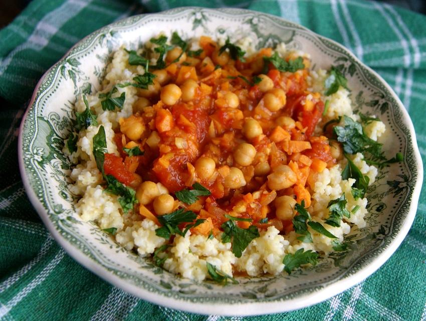 Kasza gryczana i jaglana z sosem pomidorowym i ciecierzycą