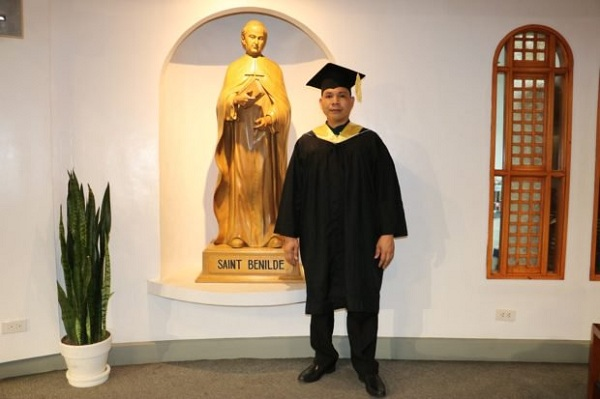 38-year-old janitor graduates from De La Salle-College of Saint Benilde