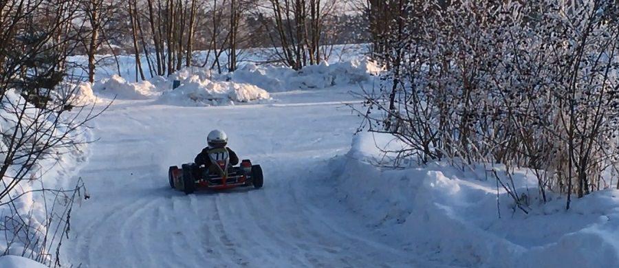 karting-autolla jääradalla pellolla