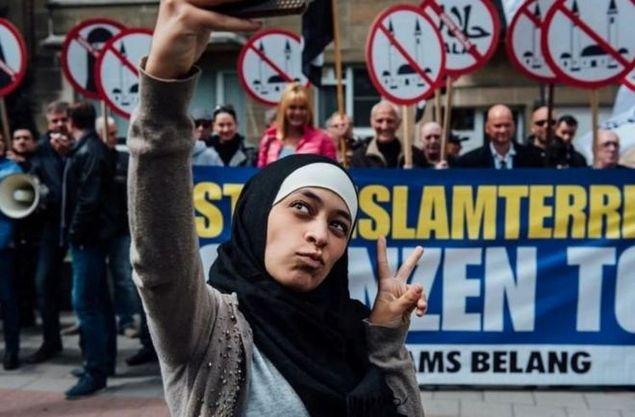 Jadi Viral Dunia, Gadis Muslim Ini Selfie Ditengah Demo Anti-Islam di Belgia.