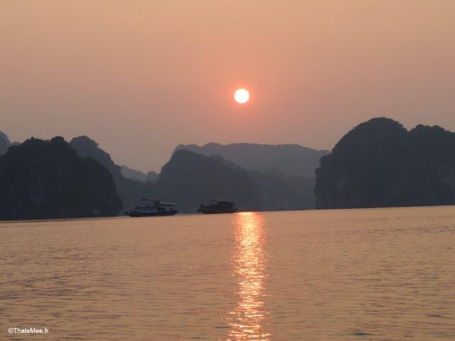 lever du soleil aube matin baie halong voyage vietnam tour bateau par cat ba, mer montagne paysage vietnam