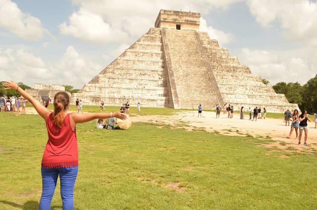 chica con los brazos abiertos delante de la Pirámide Kulkulkán, CHICHÉN ITZÁ,