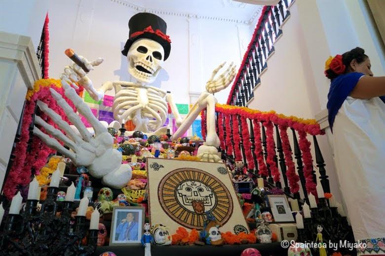Día de Muertos, Casa de México en Madrid マドリードのメキシコの家の死者を祝う祭壇と大きな骸骨人形
