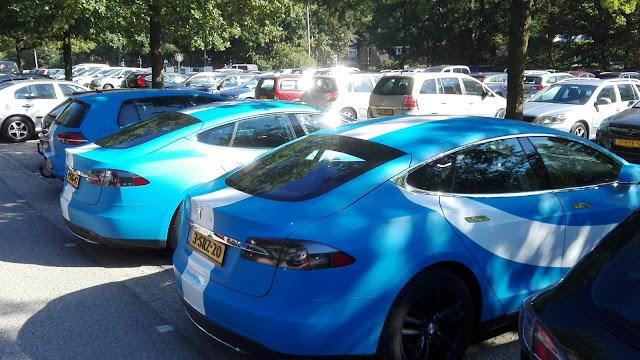 Twee Tesla's in de blauwwitte kleuren van het energiebedrijf Pure Energie
