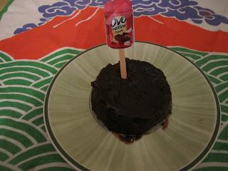 Mug cake à l'Ovomaltine crunchy (2 ingrédients) sur assiette