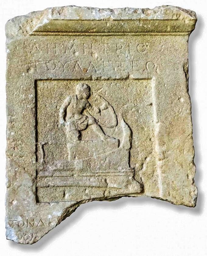 Η ταφική στήλη του «επιβάτη» Δημήτριου