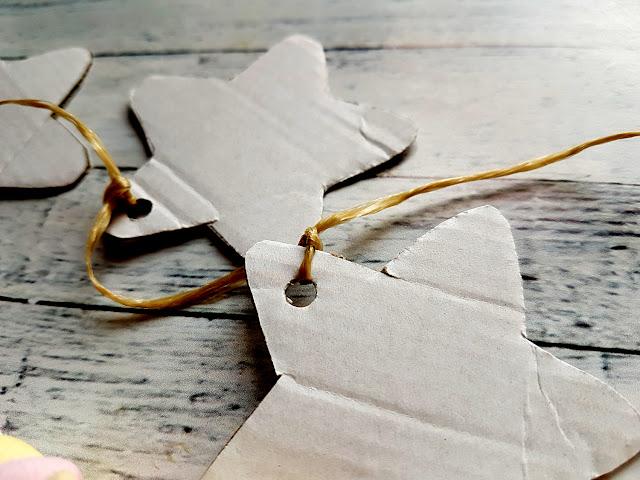 ozdoby świąteczne DIY, Boże Narodzenie, łańcuch na choinkę z papierowych giwazdek