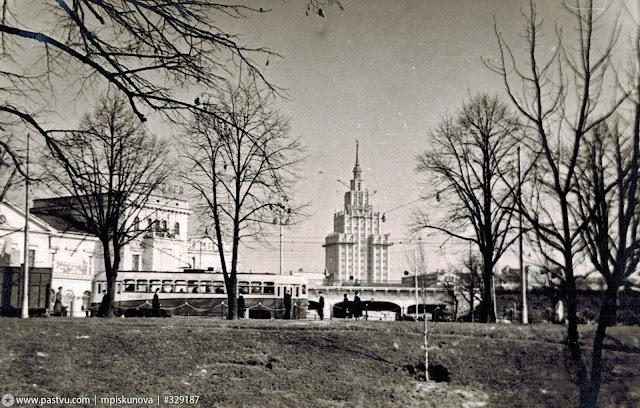 Конец 1950-х годов. Рига. Улица Гоголя. Слева старое здание ж/д вокзала. Трамвай следует с улицы Суворова на улицу 13 Января