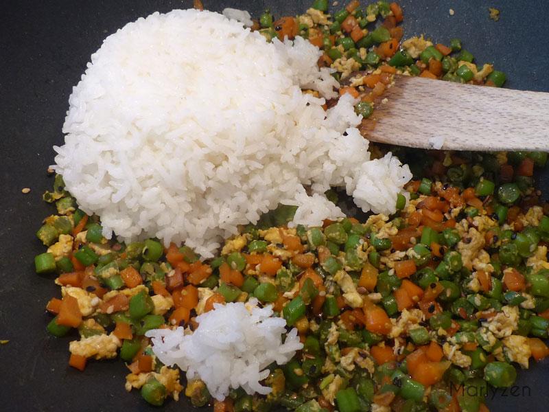 Ajoutez le riz cuit et mélangez.