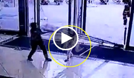 [VIDEO] NGERI!! Budak Perempuan Tiga Tahun Retak Tempurung Kepala Dihempap Pintu Kaca Pusat Beli Belah