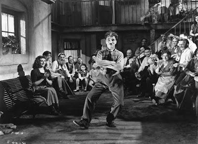 """Чарли Чаплин развлекает актеров между съемками """"Великого Диктатора"""""""