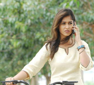 Ileana DCruz talk in mobile pics